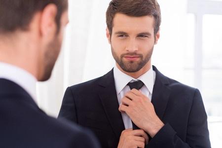 homme devant miroir